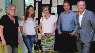 Andreas Stoch (re.) besucht gemeinsam mit Heike Engelhardt (li.) den Familientreff Momos Welt in Ravensburgs Weststadt
